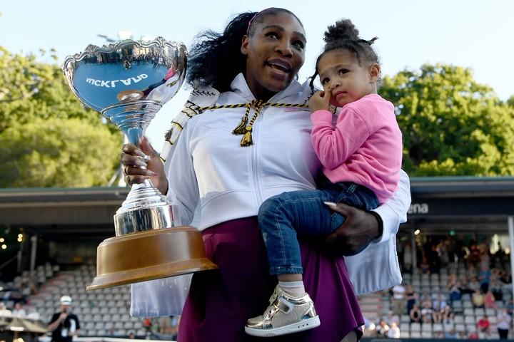 2017年8月に第1子を出産後、6度目の決勝戦で再びタイトルを手にしたセレナ。表彰式の後には愛娘オリンピアと共にコートに立った。(C)GettyImages