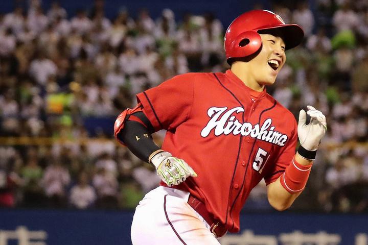 ルーキーイヤーに初本塁打、53試合のスタメン出場を果たした小園は、ケガから復帰した田中とレギュラーを争う。写真:日刊スポーツ/朝日新聞社