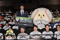 公開に先駆けて行なわれた試写会に稲葉監督とマスコットキャラのたまべヱが登場した。写真提供:J SPORTS
