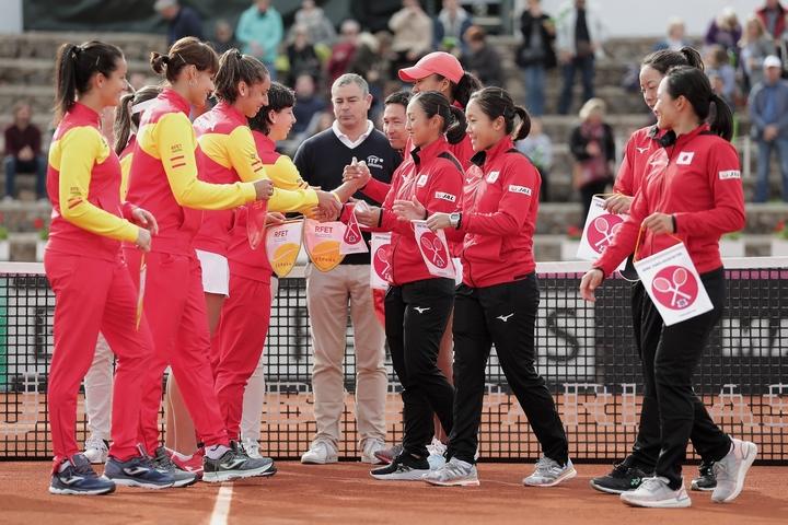 スペインチームと日本チーム(前日のセレモニーにて)。(C)Getty Images